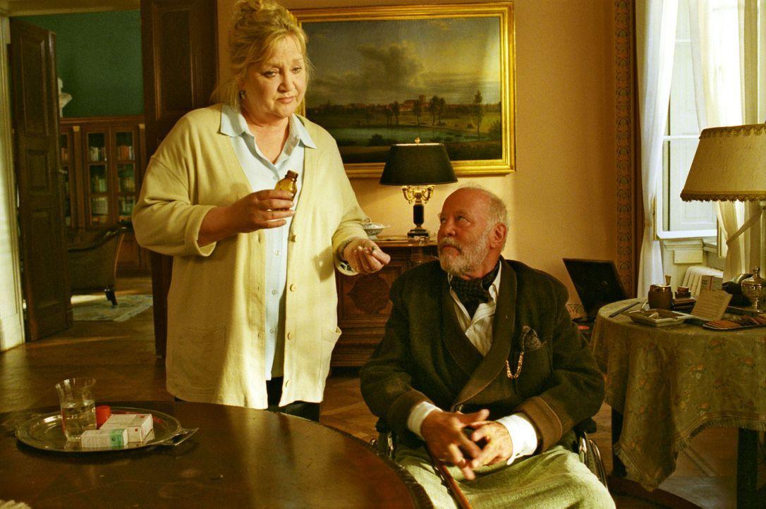 Mit viel Geschick gelingt es Gudrun (Doris Kunstmann, l.), von ihrem Patienten Graf von Teschenberg (Joost Siedhoff, r.) wichtige Informationen über... - Bildquelle: Noreen Flynn Sat.1