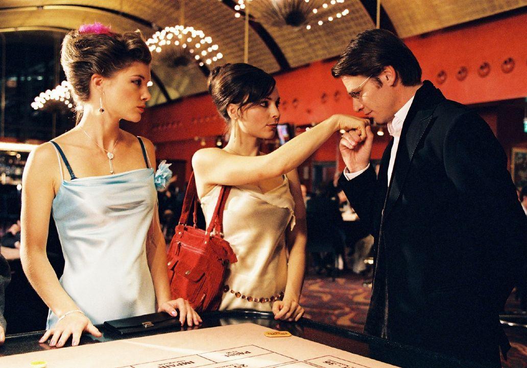 Jessica (Cordelia Wege, l.) ist beeindruckt: Lilly (Mina Tander, M.) hat mit Alexander (Kai Scheve, r.) tatsächlich einen Millionär kennen gelernt. - Bildquelle: Stephan Rabold Sat.1