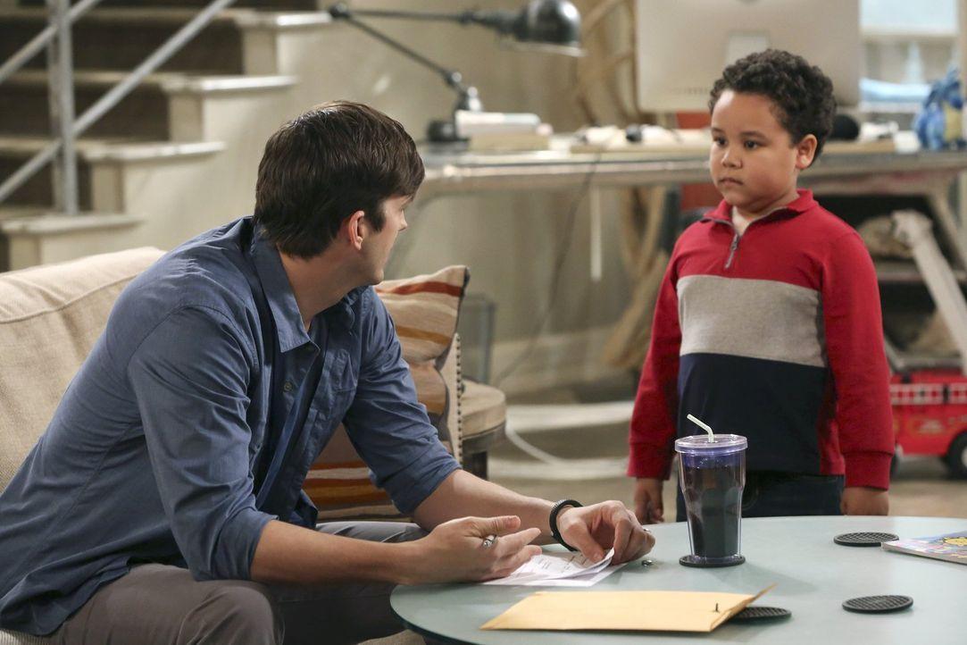 Nachdem Walden (Ashton Kutcher, l.) den kleinen Louis (Edan Alexander, r.) adoptiert hat, lässt er sich von Alan scheiden, obwohl dieser damit nicht... - Bildquelle: Warner Brothers Entertainment Inc.