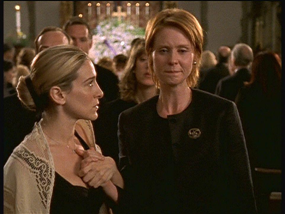 Als Carrie (Sarah Jessica Parker, l.) und Miranda (Cynthia Nixon, r.) unter den Trauergästen unerwartet Aidan und Steve erblicken, wissen sie, dass... - Bildquelle: Paramount Pictures