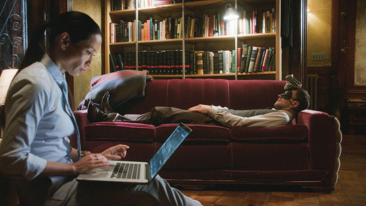 Sherlock Holmes (Jonny Lee Miller, r.) und Joan Watson (Lucy Liu, l.) haben ihre eigenen, ganz besonderen Methoden, um ihre Fälle zu lösen ... - Bildquelle: 2017 CBS Broadcasting Inc. All Rights Reserved.