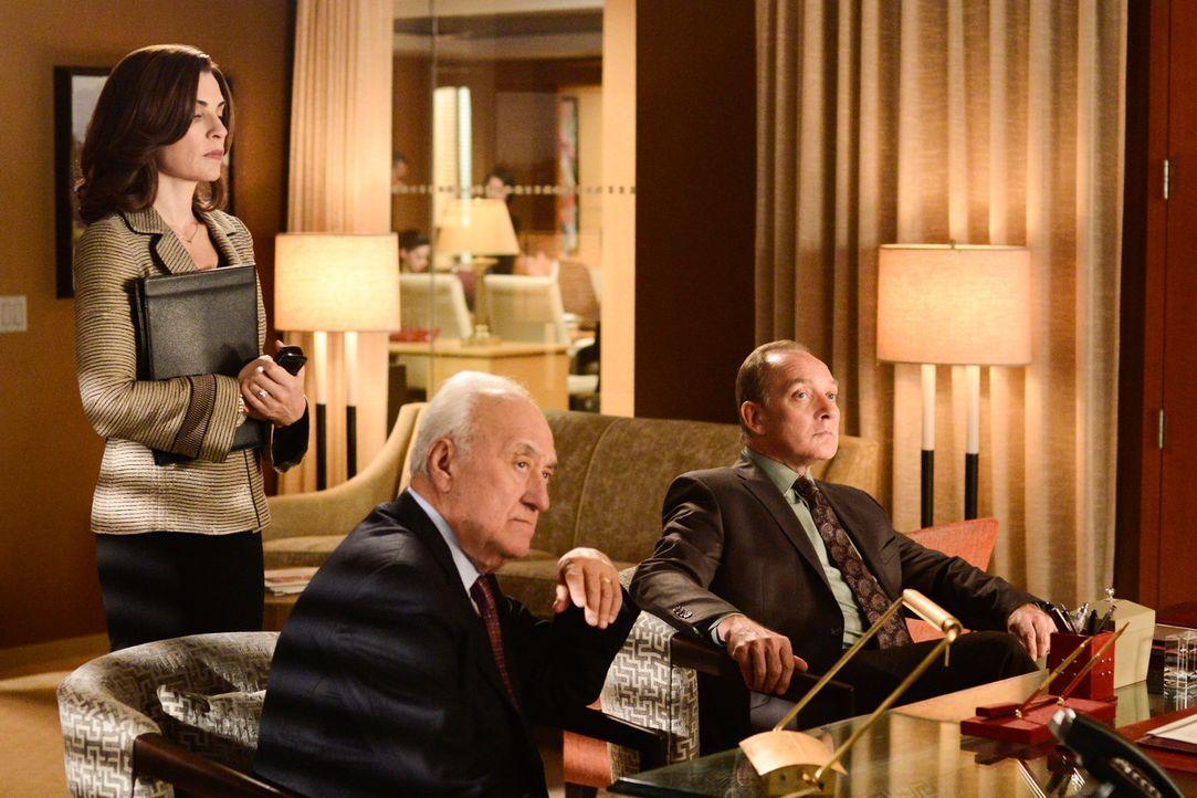Howard Lyman (Jerry Adler, M.) und David Lee (Zach Grenier, r,) ahnen, dass Alicia (Julianna Margulies, l.) zwischen den Stühlen steht ... - Bildquelle: Myles Aronowitz 2013 CBS Broadcasting Inc. All Rights Reserved.