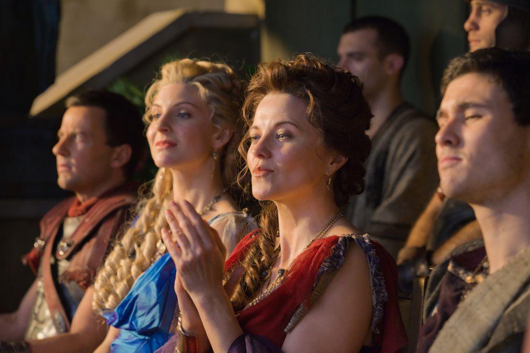 Zu spät erkennen Ilithyia (Viva Bianca, 2.v.l.) und Lucretia (Lucy Lawless, 2.v.r.), dass sie zu hoch gepokert haben ... - Bildquelle: 2011 Starz Entertainment, LLC. All rights reserved.