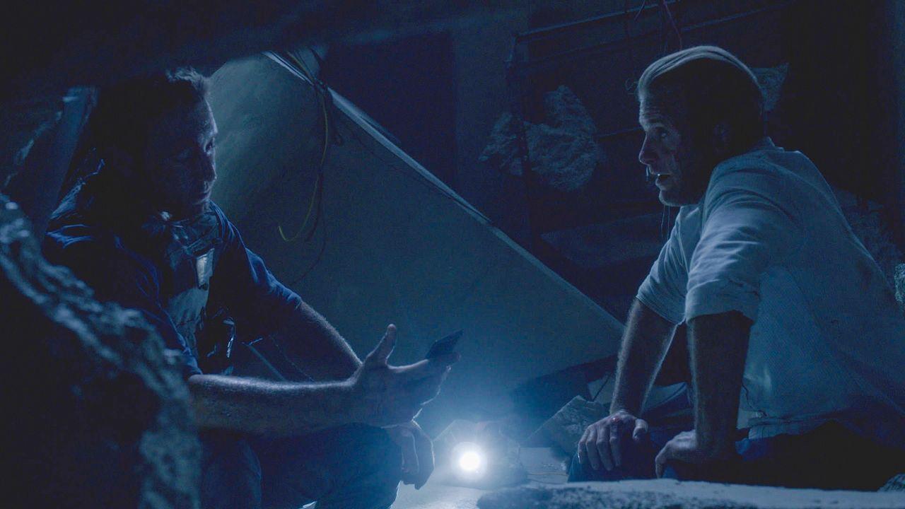Als sie dem Tipp eines Gefangenen nachgehen, geraten Danny (Scott Caan, r.) und Steve (Alex O'Loughlin, l.) in große Gefahr ... - Bildquelle: 2013 CBS Broadcasting Inc. All Rights Reserved