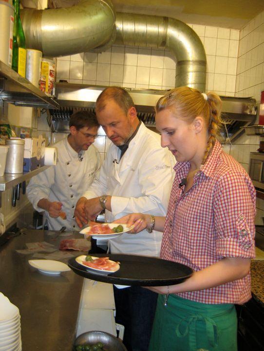 Frank Rosin (M.) gibt Restaurantchef Friedel Kögler (l.) und Servicekraft Nici (r.) wichtige Tipps. - Bildquelle: kabel eins