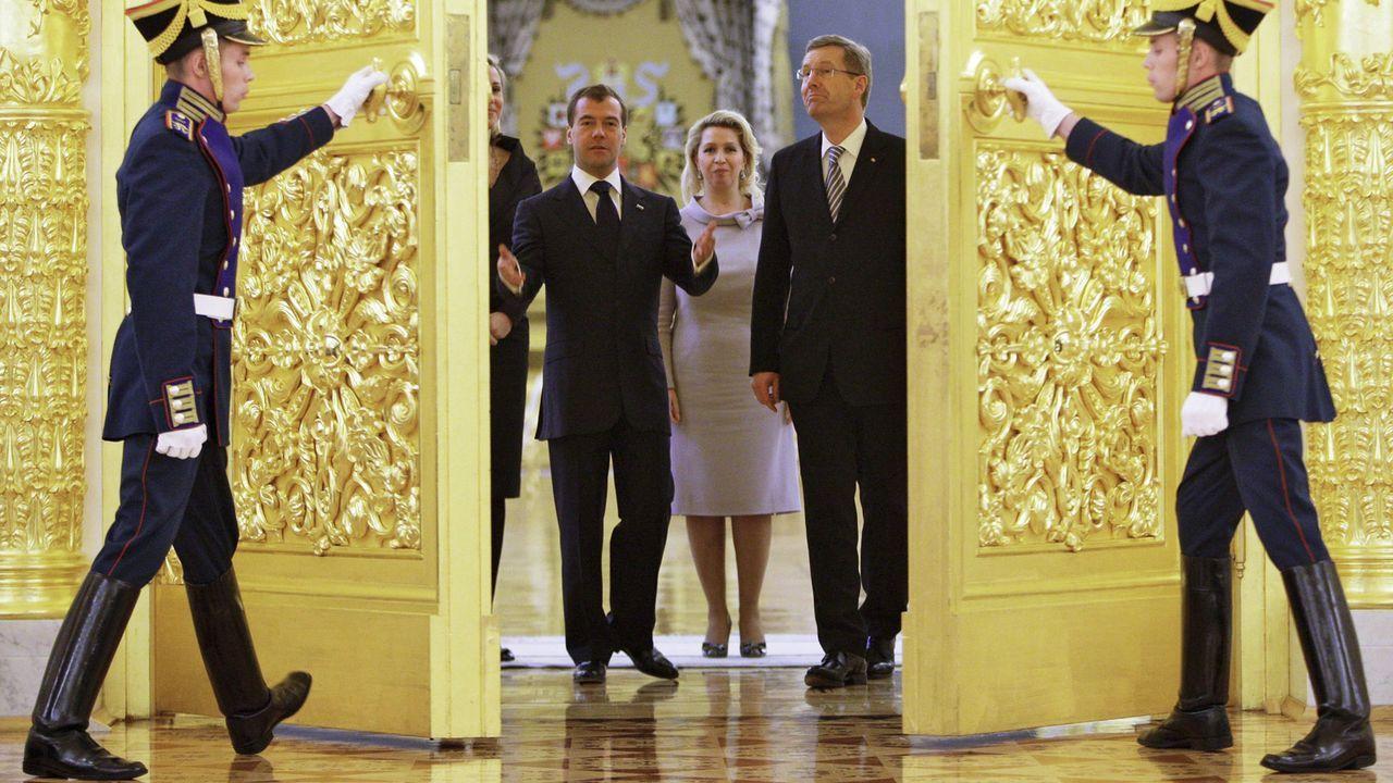 Dmitry-Medvedev-Christian-Wulff-10-10-12-dpa - Bildquelle: dpa