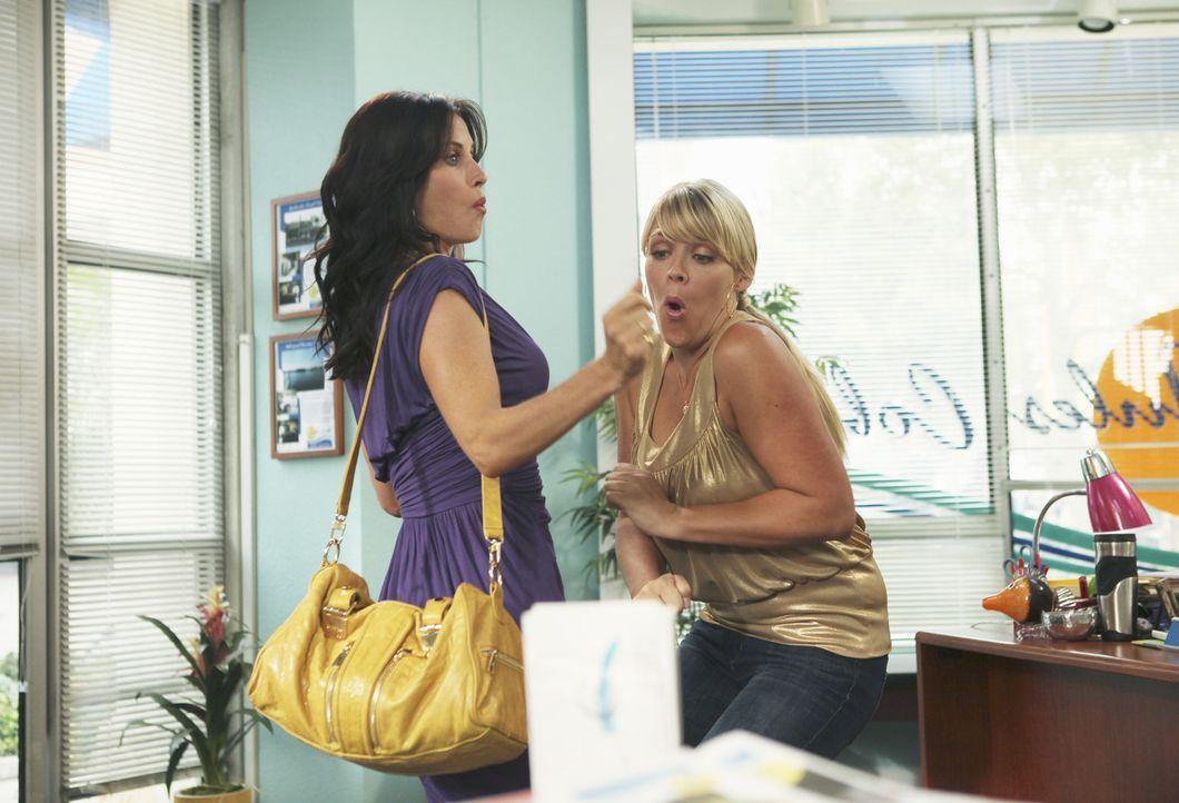 Können es nicht glauben, das zehnte Date zwischen Jules und Josh steht bevor: Jules (Courteney Cox, l.) und Laurie (Busy Philipps, r.) ... - Bildquelle: 2009 ABC INC.