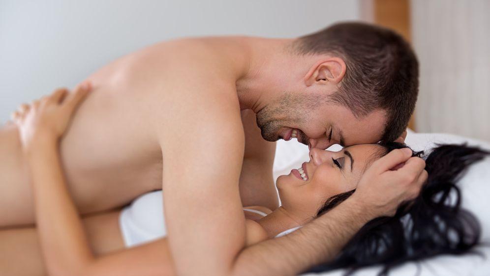 Sanfter Sex: Knisternde Stimmung im Bett - Bildquelle: Igor Mojzes - Fotolia