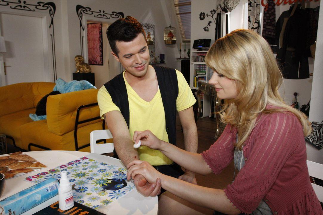 Während Jessica (Isabell Ege, r.) Bilge Üzüm (Olgu Caglar, l.) verarztet, offenbart er ihr seine Sehnsüchte. - Bildquelle: SAT.1