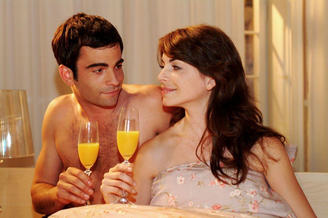David (Mathis Künzler, l.) und Mariella (Bianca Hein, r.) genießen nach einer stürmischen Liebesnacht den Morgen miteinander. - Bildquelle: Monika Schürle Sat.1