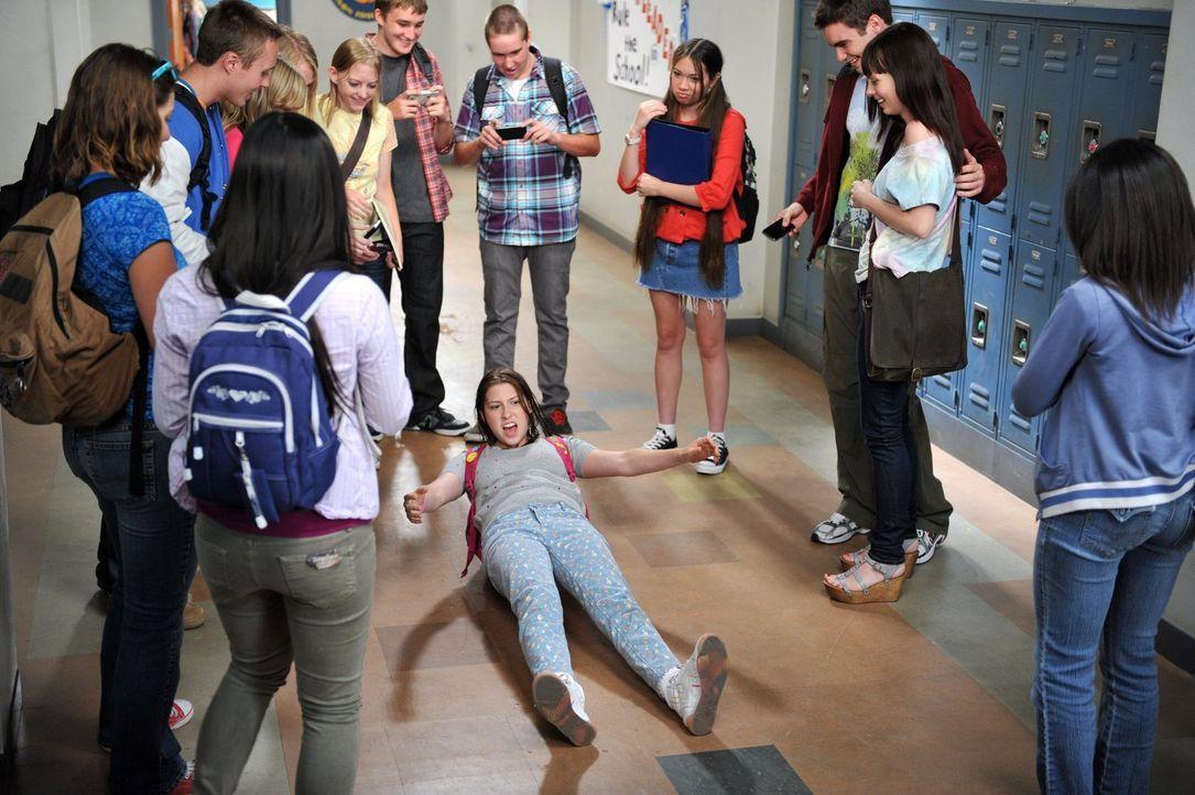 Sue (Eden Sher, M.) freut sich riesig, dass sie jetzt endlich auf die Highschool geht. Ihr Bruder Axl sieht das jedoch völlig anders, läuft er doch... - Bildquelle: Warner Brothers