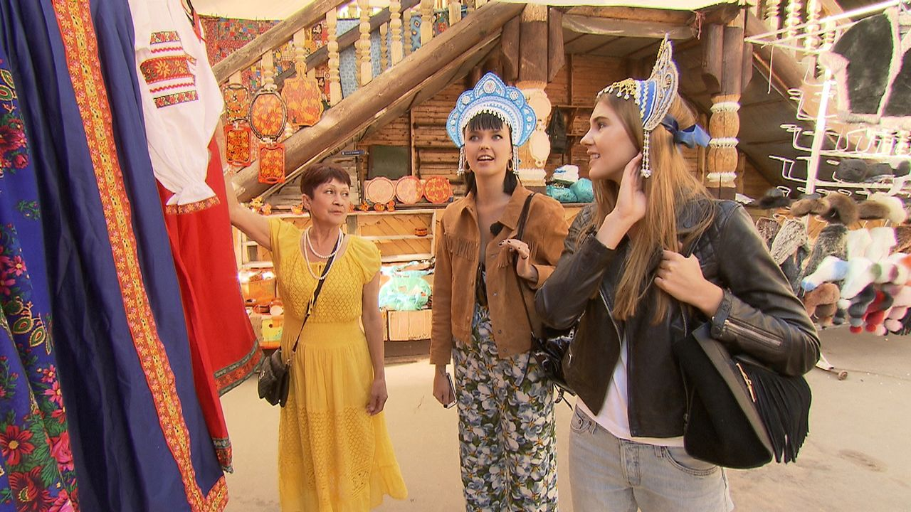 Auf dem Ismajlowa Market in Sibirien tauchen Steffi (r.) und Bonnie (M.) in die russische Kultur ein ... - Bildquelle: ProSieben