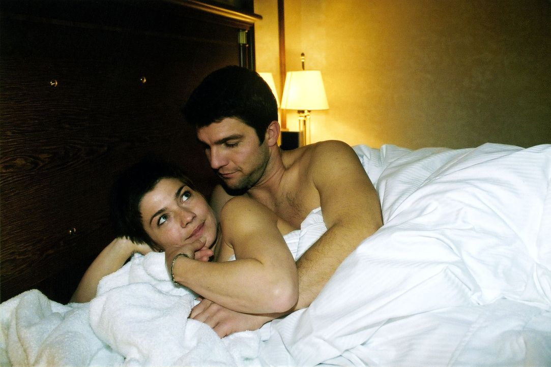 Stephanie (Claudia Schmutzler, l.) und Christoph (Jens Peter Nünemann, r.) verbringen eine heimliche Liebesnacht im Hotel. - Bildquelle: Monika Schürle Sat.1
