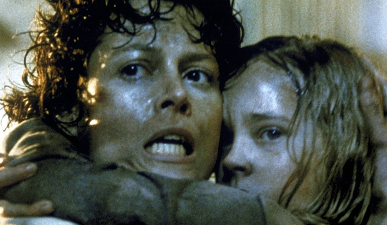Ripley (Sigourney Weaver, l.) entdeckt in einem Versteck Newt (Carrie Henn, r.), die als einzige den Monstern entkommen konnte ... - Bildquelle: 1986 Twentieth Century Fox Film Corporation. All rights reserved.