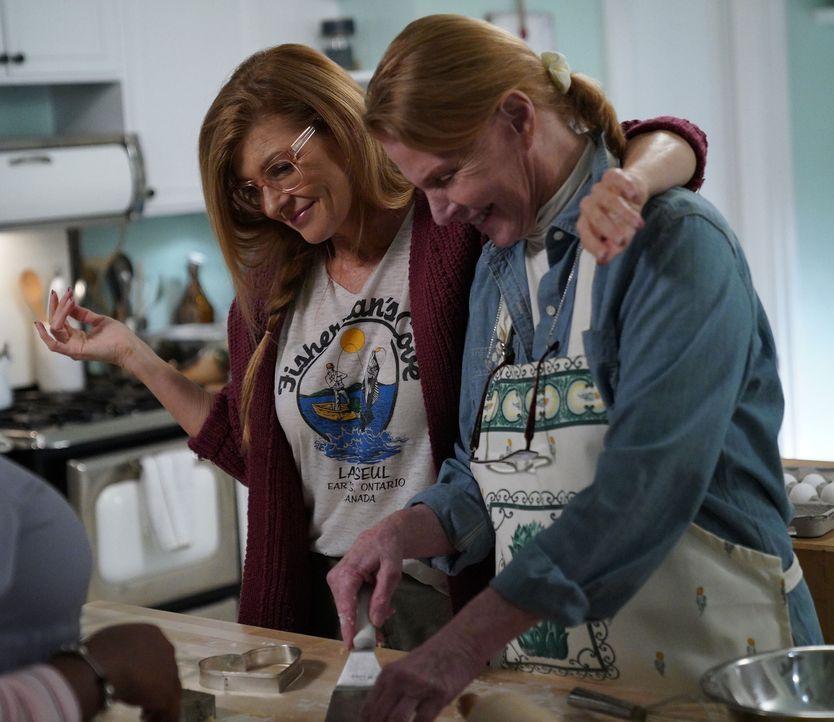 Wird Abby (Connie Britton, l.) Valentinstag tatsächlich mit ihrer Mutter Patricia (Mariette Hartley, r.) verbringen? - Bildquelle: 2018 Fox and its related entities.  All rights reserved.