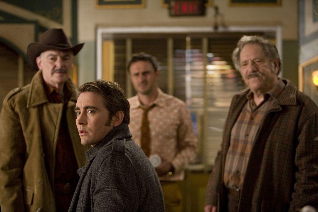 Überraschung: Als plötzlich die Kleinkriminellen Jerry (Richard Benjamin, r.) und Buster (George Segal, l.) vor der Tür des Piehole stehen, muss... - Bildquelle: Warner Brothers