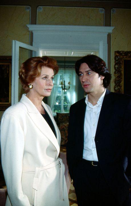Kommissar Richie Moser (Tobias Moretti, r.) sucht die Witwe und Sektfabrikantin Karla Wilke (Senta Berger, l.) auf, um sie zum Tod ihrer Freundin zu... - Bildquelle: Ali Schafler Sat.1