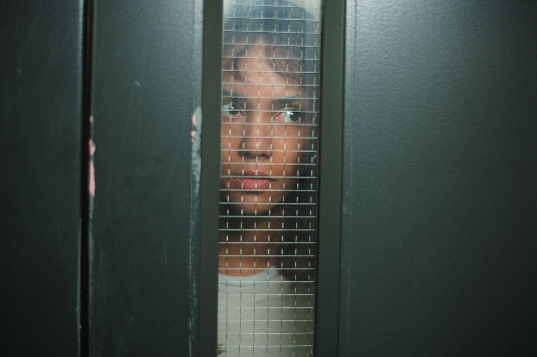Das letzte, woran sich die Psychologin Miranda Grey (Halle Berry) erinnern kann, ist ein Autounfall, bei dem beinahe ein kleines Mädchen überfahren... - Bildquelle: 2004 Sony Pictures Television International. All Rights Reserved.