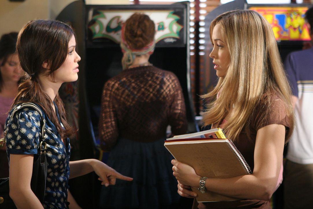 Taylor (Autumn Reeser, r.) und Summer (Rachel Bilson, l.) hecken einen Plan aus, um herauszufinden, was mit Seth los ist ... - Bildquelle: Warner Bros. Television