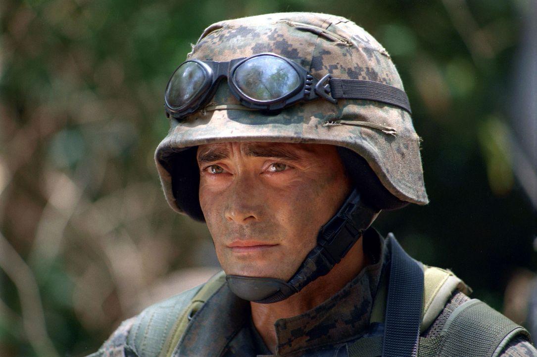 Um eine abgestürzte Hubschrauberpilotin aus der Hand philippinischer Rebellen zu retten, muss sich Marine Matt Daniels (Mark Dacascos) tief in das f... - Bildquelle: 2005 The Pacific Trust. All Rights Reserved.