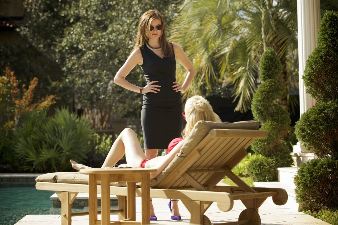 Jamie (Anna Wood, l.) ist von dem Verhalten von Lee Anne (Georgina Haig, r.) nicht begeistert ... - Bildquelle: 2013 CBS BROADCASTING INC. ALL RIGHTS RESERVED.