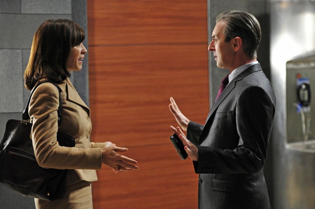 Alicia (Julianna Margulies, l.) ahnt schnell, dass Eli (Alan Cumming, r.) sie zu manipulieren versucht ... - Bildquelle: 2011 CBS Broadcasting Inc. All Rights Reserved.