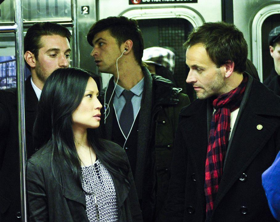 Der Meisterdetektiv Sherlock Holmes (Jonny Lee Miller, r.) hatte New York eigentlich nur für einen Aufenthalt in einer Entzugsklinik besucht, hat s... - Bildquelle: CBS Television