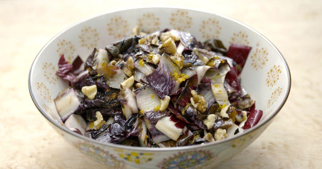 Typisch für die Regionen Norditaliens bereitet Giada einen Radicchio Salat mit einer Zitronen Bagna cauda zu ... - Bildquelle: 2015,Television Food Network, G.P. All Rights Reserved