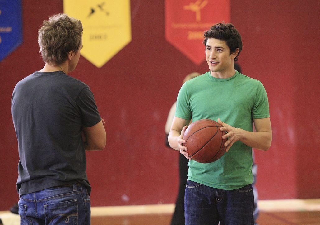 Die zwei Freunde fordern sich gerne zum Kräftemessen heraus: Declan (Chris Olivero, l.) und Kyle (Matt Dallas, r.) ... - Bildquelle: TOUCHSTONE TELEVISION