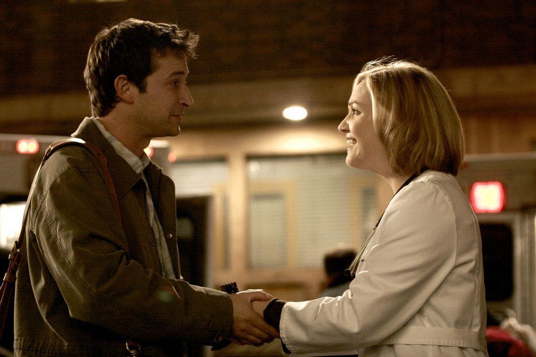 Zeit auf Wiedersehen zu sagen: Carter (Noah Wyle, l.) nimmt Abschied vom County und somit auch von Susan (Sherry Stringfield, r.), einer langjährige... - Bildquelle: WARNER BROS