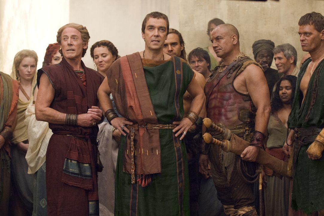 Solonius (Craig Walsh-Wrightson, l.), Batiatus (John Hannah, M.) und Old Doctore (Temuera Morrison, r.) verfolgen gespannt einen Kampf von Gannicus.... - Bildquelle: 2010 Starz Entertainment, LLC