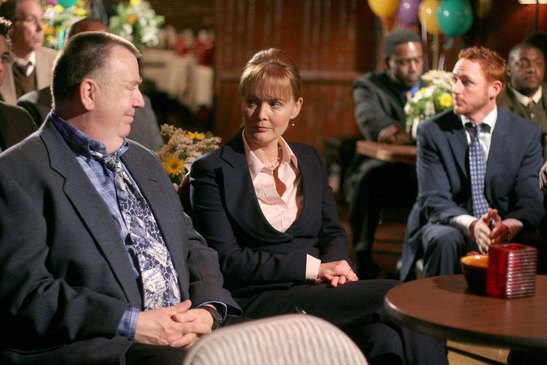 Nehmen an der Hochzeitsfeier von Neela und Michael teil: Frank (Troy Evans, l.), Weaver (Laura Innes, M.) und Morris (Scott Grimes, r.) ... - Bildquelle: Warner Bros. Television