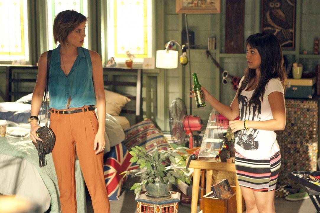 Ärger ist vorprogrammiert: Navids Schwester Leila (Summer Bishil, r.) quartiert sich bei Erin (Jessica Stroup, l.) und Navid ein ... - Bildquelle: TM &   2011 CBS Studios Inc. All Rights Reserved.
