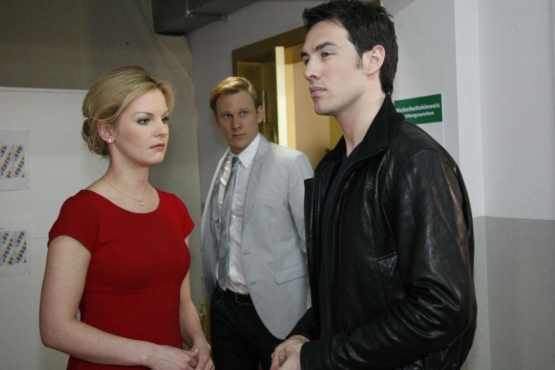 Alexandra (Ivonne Schönherr, l.) will Mark (Arne Stephan, r.) zurückerobern. Sie nimmt dafür sogar in Kauf, dass sie Philip (Philipp Romann, M.)... - Bildquelle: SAT.1