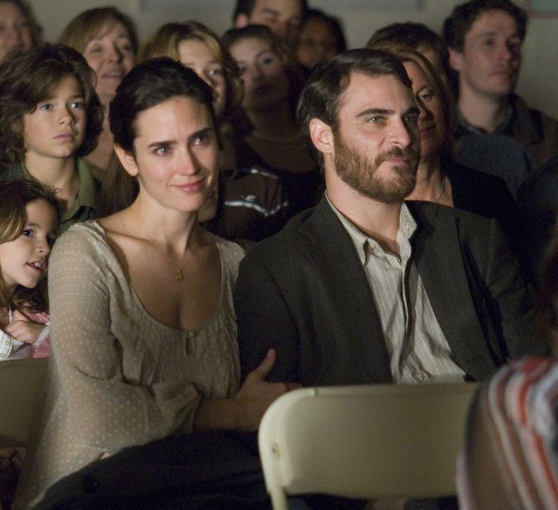 Noch ist ihre Welt in Ordnung, doch dann verändert ein winziger Augenblick ihr Leben vollständig: Ethan Learner (Joaquin Phoenix, r.) und seine Frau... - Bildquelle: TOBIS Film