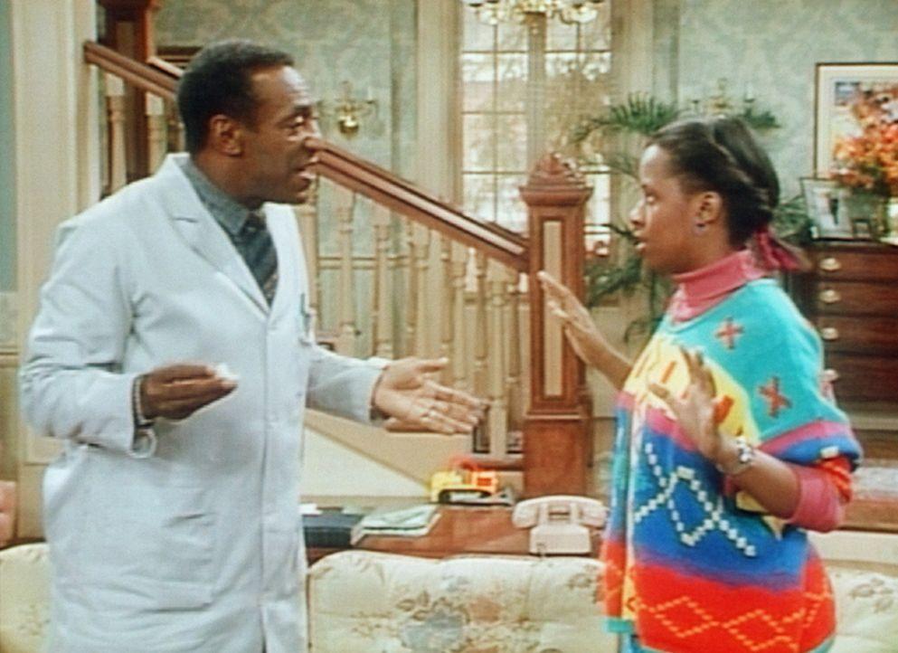 Vanessa (Tempsett Bledsoe, r.) möchte, dass ihr Vater (Bill Cosby, l.) wieder in seine Praxis verschwindet, weil sie Besuch erwartet. - Bildquelle: Viacom