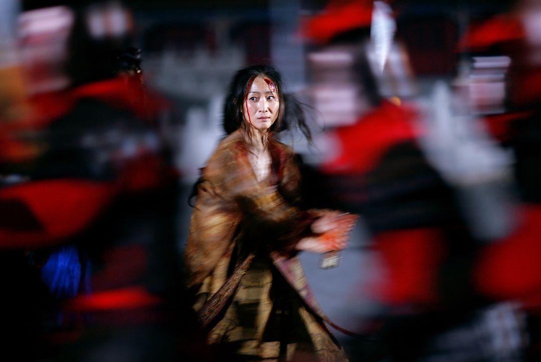 Blutige Machtkämpfe spielen sich nach der Rückkehr von Kaiser Pling am Hof ab. Auch seine Gattin Phoenix (Li Gong) ist darin verstrickt ... - Bildquelle: TOBIS Film
