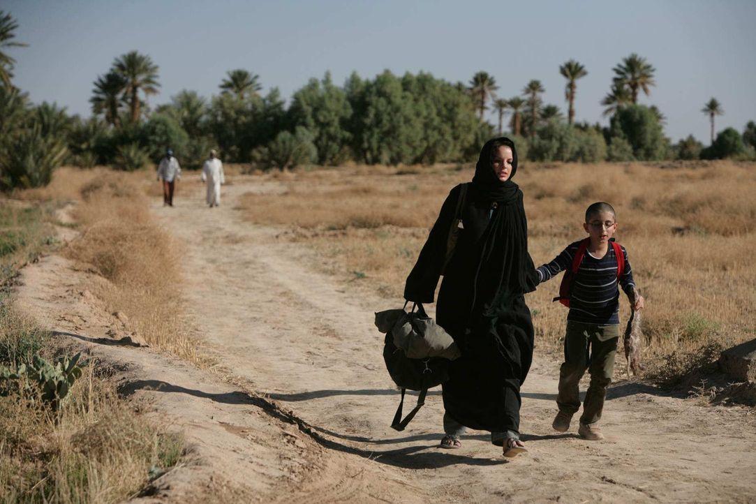 Kaum herausgefunden, wo ihr Sohn Hamy (Faraz Kafi, r.) lebt, da wagt sich Karla (Yvonne Catterfeld, l.) ins Hinterland des Sudans. Als sie ihn im Kr... - Bildquelle: SAT.1