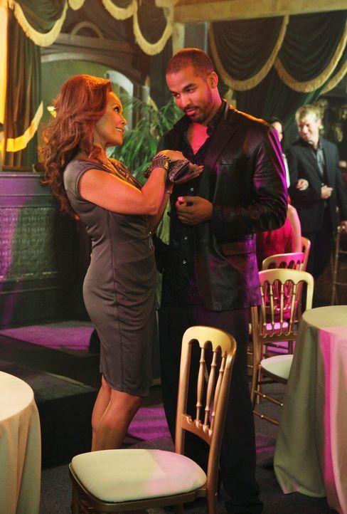Renee (Vanessa Williams, l.) und Doug Perry (Reggie Austin, r.) kommen sich wieder näher, während Bree mit ihrem jungen Lover Keith nicht mithalten... - Bildquelle: ABC Studios