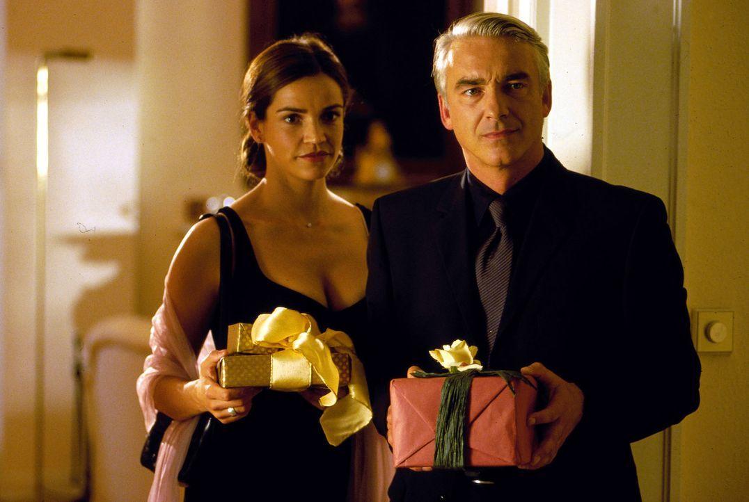 Sandra (Rebecca Immanuel, l.) und Felix (Christoph M. Ohrt, r.) kommen zur Geburtstagsfeier von Felix' Vater Walter. - Bildquelle: Hardy Spitz Sat.1