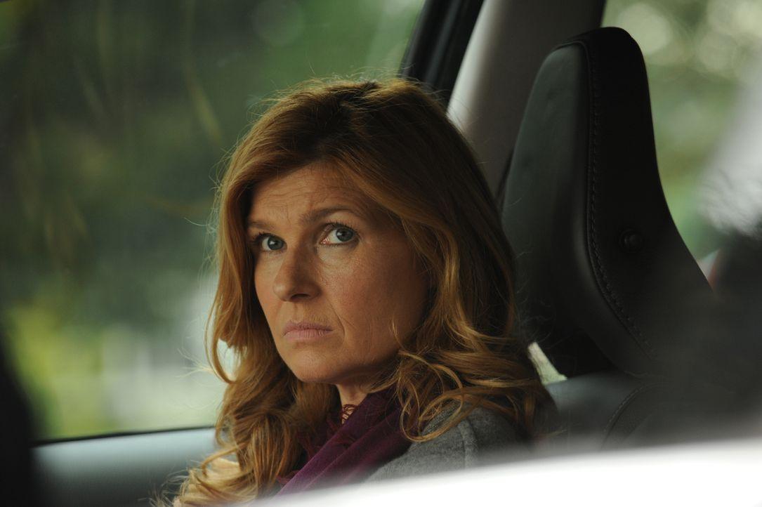 Vivien(Connie Britton) wird aus der Klinik entlassen, weigert sich aber, jemals wieder einen Fuß in ihr Haus zu setzen ...