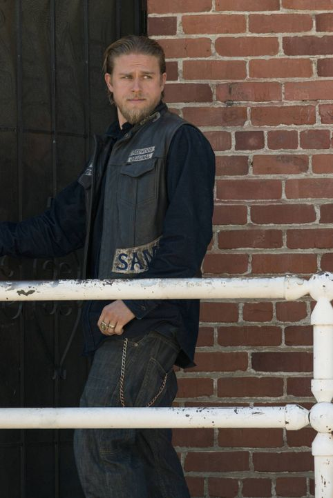 Kann Jax (Charlie Hunnam) wirklich über Leben und Tod entscheiden? - Bildquelle: 2012 Twentieth Century Fox Film Corporation and Bluebush Productions, LLC. All rights reserved.