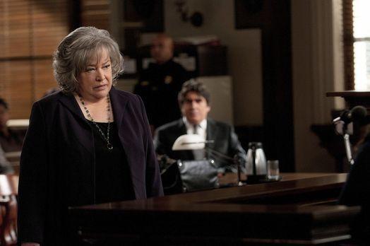 Harry's Law - Harry's (Kathy Bates, l.) Versuch, das Verfahren zu beenden, sc...