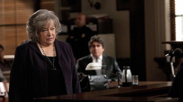 Harry's (Kathy Bates, l.) Versuch, das Verfahren zu beenden, schlägt fehl. Nu...