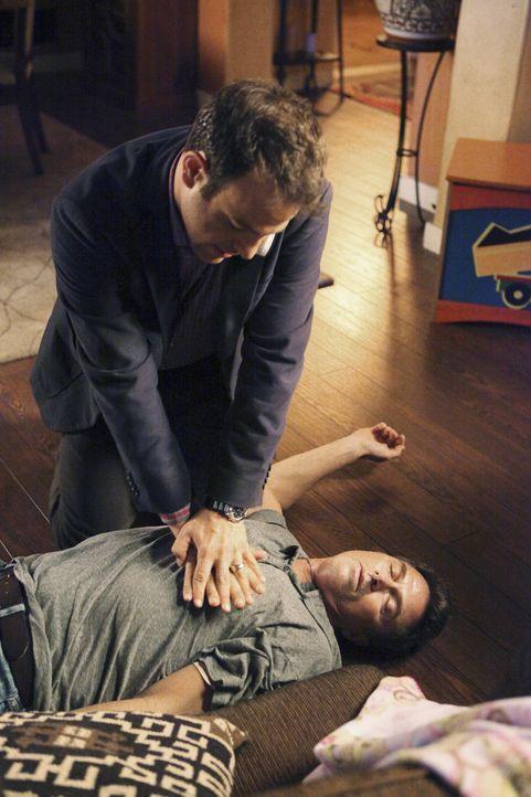 Während Sheldon versucht Amelia bei ihrem Rückfall in den Alkoholismus zu helfen, kämpft Cooper (Paul Adelstein, hinten) um das Leben von Pete (T... - Bildquelle: ABC Studios