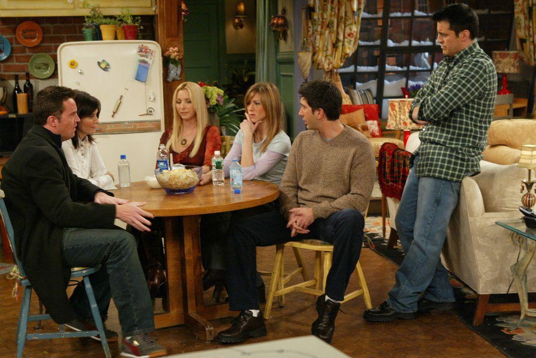 Der Tag ist gekommen: Monica (Courteney Cox, 2.v.l.) und Chandler (Matthew Perry, l.) müssen Phoebe (Lisa Kudrow, 3.v.l.), Rachel (Jennifer Aniston,... - Bildquelle: 2003 Warner Brothers International Television
