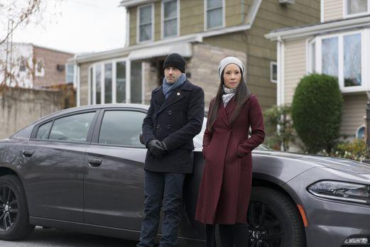 Holmes (Jonny Lee Miller, l.) und Watson (Lucy Liu, r.) müssen eine Frau find...