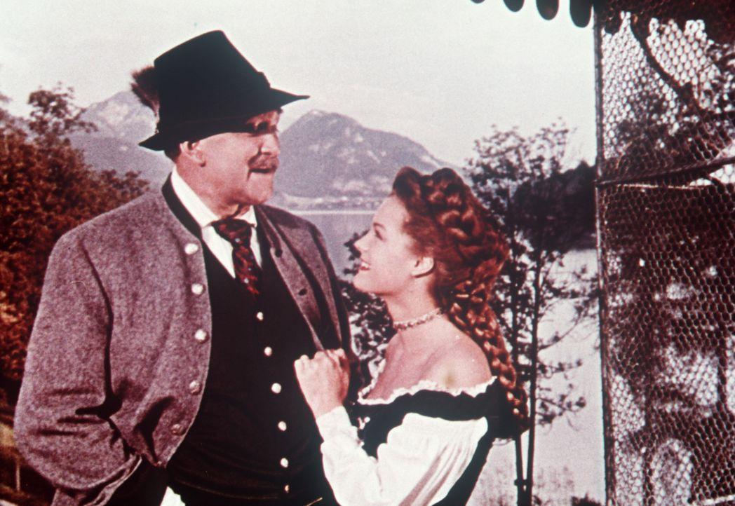 Auch Vater Herzog Max (Gustav Knuth, l.) steht immer zu seiner Tochter, der jungen Kaiserin Sissi (Romy Schneider, r.) ... - Bildquelle: Herzog-Filmverleih