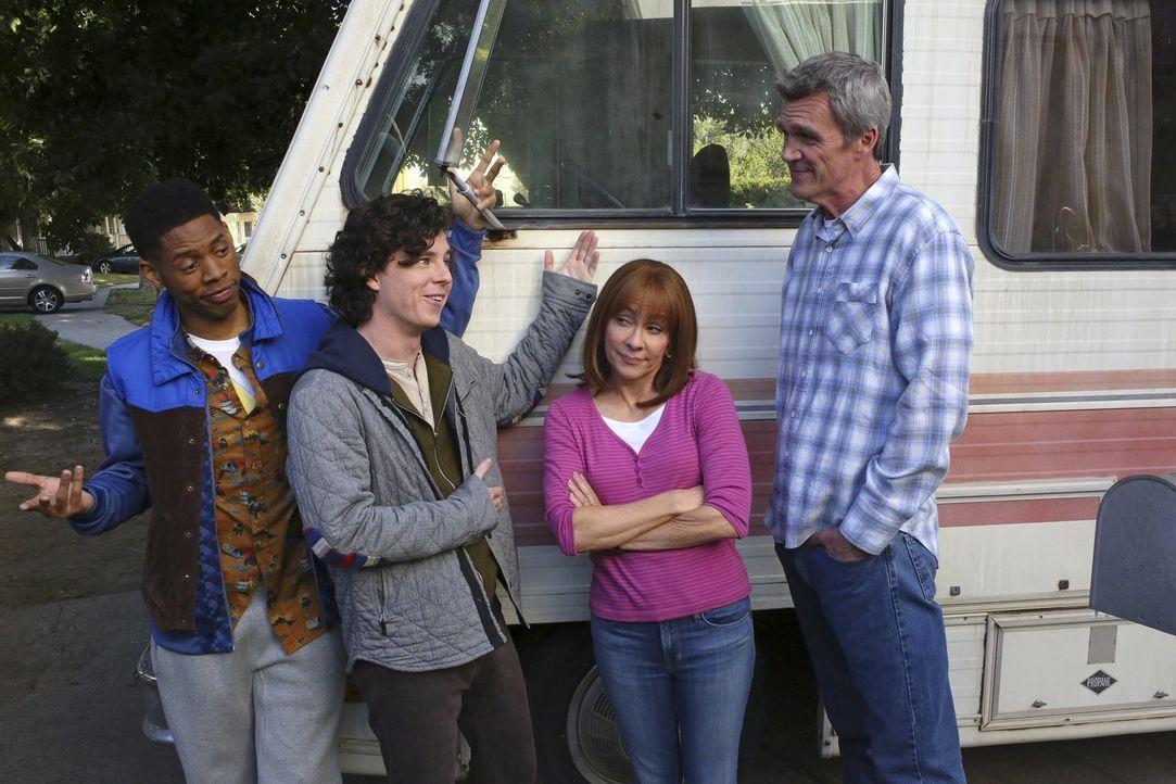 (v.l.n.r.) Hutch (Alphonso McAuley); Axl (Charlie McDermott); Frankie (Patricia Heaton); Mike (Neil Flynn) - Bildquelle: Warner Brothers