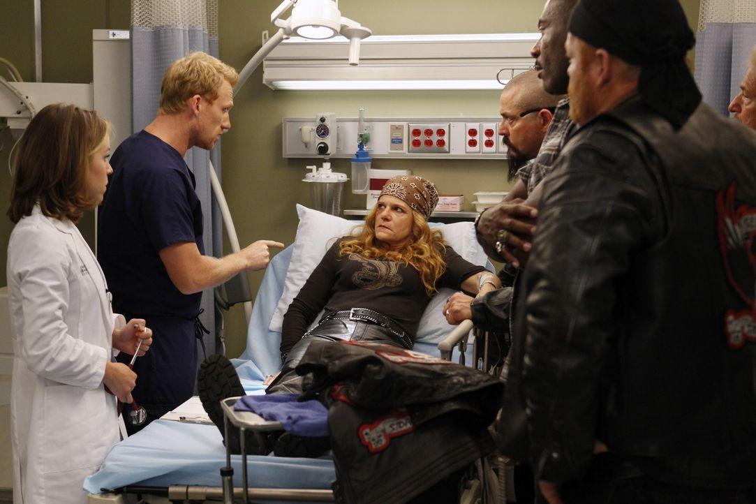 Owen (Kevin McKidd, 2.v.l.) und Heather (Tina Majorino, l.) kümmern sich m die Bikerin Emily 'Gasoline' Bennett (Dale Dickey, M.), die in einen schw... - Bildquelle: ABC Studios